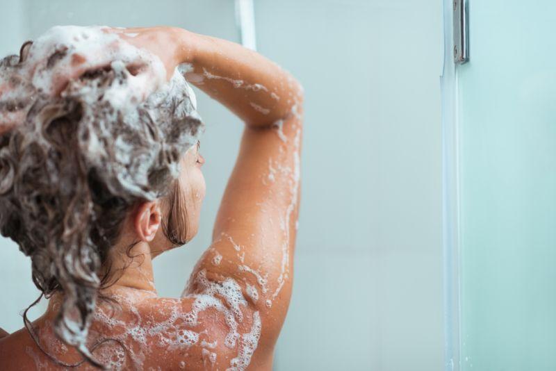 Мылит голову