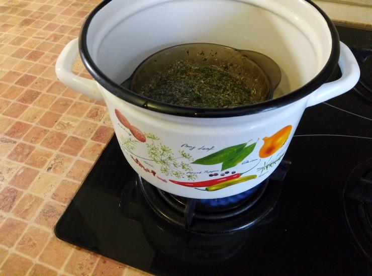 Приготовление фитомаски для волос из ромашки и крапивы