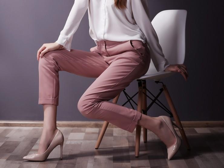 Создание модного лука с брюками бежевого цвета