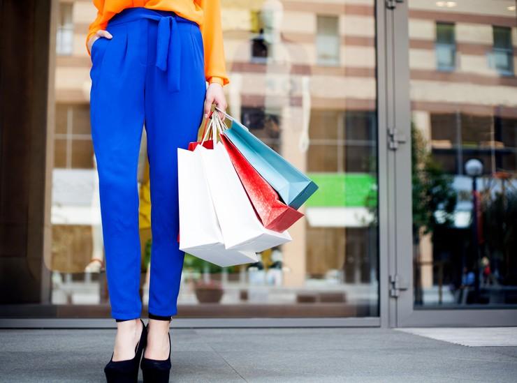Стильный и модный образ с синими брюками