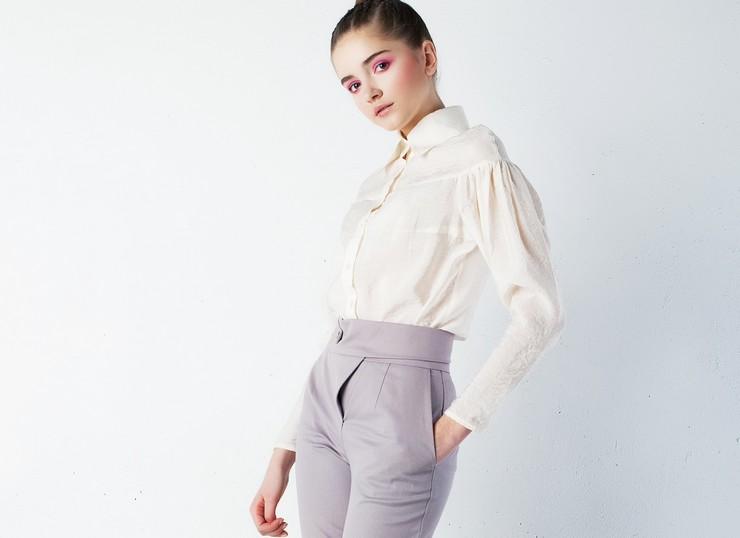 Брюки с завышенной талией – универсальная одежда для стильных девушек