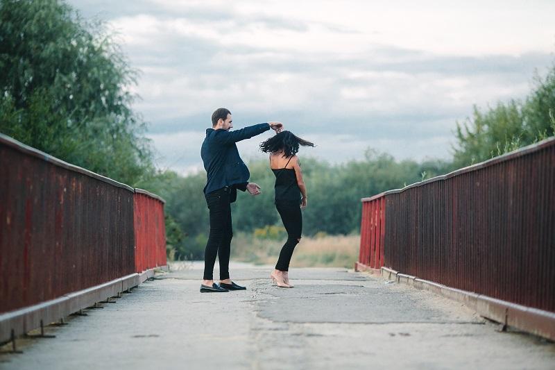 Как мужчина скрывает чувства? Невербальные признаки влюблённости