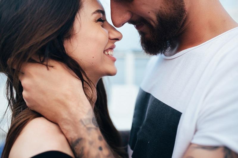 Как смотрит влюбленный мужчина на свою избранницу?